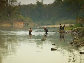 实拍老挝农村女人河边沐浴美景